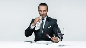 Αιματηρό θέμα αποκριών: τρελλό άτομο με ένα μαχαίρι, ένα δίκρανο και ένα κρέας Στοκ εικόνα με δικαίωμα ελεύθερης χρήσης