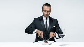 Αιματηρό θέμα αποκριών: τρελλό άτομο με ένα μαχαίρι, ένα δίκρανο και ένα κρέας Στοκ εικόνες με δικαίωμα ελεύθερης χρήσης