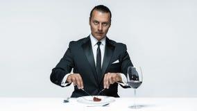 Αιματηρό θέμα αποκριών: τρελλό άτομο με ένα μαχαίρι, ένα δίκρανο και ένα κρέας Στοκ Εικόνα