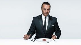 Αιματηρό θέμα αποκριών: τρελλό άτομο με ένα μαχαίρι, ένα δίκρανο και ένα κρέας Στοκ φωτογραφία με δικαίωμα ελεύθερης χρήσης