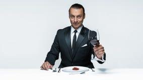 Αιματηρό θέμα αποκριών: τρελλό άτομο με ένα μαχαίρι, ένα δίκρανο και ένα κρέας Στοκ Φωτογραφία