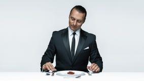 Αιματηρό θέμα αποκριών: τρελλό άτομο με ένα μαχαίρι, ένα δίκρανο και ένα κρέας Στοκ Εικόνες
