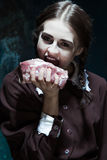 Αιματηρό θέμα αποκριών: τρελλό κορίτσι με το ακατέργαστο κρέας Στοκ Εικόνες