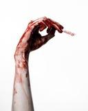 Αιματηρό χέρι με ένα χειρουργικό νυστέρι σε ένα άσπρο υπόβαθρο, που απομονώνεται, zombie, δαίμονας, μανιακός, που απομονώνεται Στοκ Φωτογραφίες