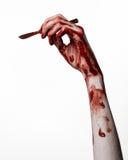 Αιματηρό χέρι με ένα χειρουργικό νυστέρι σε ένα άσπρο υπόβαθρο, που απομονώνεται, zombie, δαίμονας, μανιακός, που απομονώνεται Στοκ Εικόνες