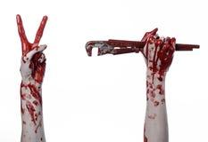 Αιματηρό χέρι που κρατά ένα διευθετήσιμο γαλλικό κλειδί, αιματηρός βασικός, τρελλός υδραυλικός, αιματηρό θέμα, θέμα αποκριών, άσπ Στοκ Φωτογραφία