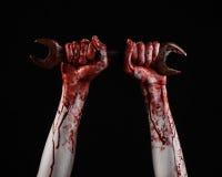 Αιματηρό χέρι που κρατά ένα μεγάλο γαλλικό κλειδί, αιματηρό γαλλικό κλειδί, μεγάλο βασικό, αιματηρό θέμα, θέμα αποκριών, τρελλό μ Στοκ Εικόνες