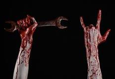 Αιματηρό χέρι που κρατά ένα μεγάλο γαλλικό κλειδί, αιματηρό γαλλικό κλειδί, μεγάλο βασικό, αιματηρό θέμα, θέμα αποκριών, τρελλό μ Στοκ Φωτογραφίες