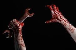 Αιματηρό χέρι που κρατά ένα μεγάλο γαλλικό κλειδί, αιματηρό γαλλικό κλειδί, μεγάλο βασικό, αιματηρό θέμα, θέμα αποκριών, τρελλό μ Στοκ Εικόνα