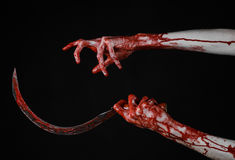 Αιματηρό χέρι που κρατά ένα δρεπάνι, αιματηρό, αιματηρό δρεπάνι δρεπανιών, αιματηρό θέμα, θέμα αποκριών, μαύρο υπόβαθρο, που απομ Στοκ εικόνα με δικαίωμα ελεύθερης χρήσης