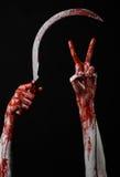 Αιματηρό χέρι που κρατά ένα δρεπάνι, αιματηρό, αιματηρό δρεπάνι δρεπανιών, αιματηρό θέμα, θέμα αποκριών, μαύρο υπόβαθρο, που απομ Στοκ Εικόνες