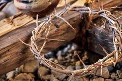 Αιματοβαμμένη κορώνα των αγκαθιών σε έναν ξύλινο σταυρό Στοκ εικόνες με δικαίωμα ελεύθερης χρήσης