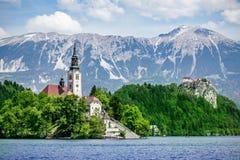 αιμορραγημένος εξισώνοντας νησιών συμπαθητική αντανάκλαση Σλοβενία βουνών λιμνών τη μέση Στοκ φωτογραφία με δικαίωμα ελεύθερης χρήσης