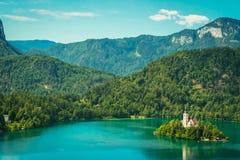 αιμορραγημένος εξισώνοντας νησιών συμπαθητική αντανάκλαση Σλοβενία βουνών λιμνών τη μέση Στοκ Εικόνες