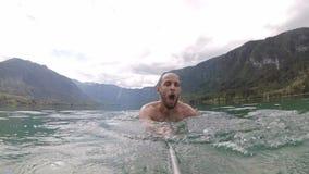 Αιμορραγημένος, Σλοβενία ένα άτομο που κολυμπά στη λίμνη βουνών απόθεμα βίντεο