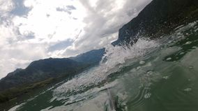 Αιμορραγημένος, Σλοβενία ένα άτομο που κολυμπά στη λίμνη βουνών φιλμ μικρού μήκους