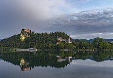 Αιμορραγημένο κάστρο στην ανατολή με το βουνό Στοκ Φωτογραφία