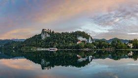 Αιμορραγημένο κάστρο στην ανατολή με το βουνό Στοκ φωτογραφία με δικαίωμα ελεύθερης χρήσης