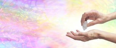 Αισθαμένος ενέργεια κρυστάλλου healer με τον ολοκληρωμένο χαλαζία Στοκ Φωτογραφίες
