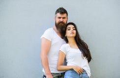 Αισθανθείτε το ύφος τους Οι φίλοι ζεύγους κρεμούν έξω μαζί το γκρίζο υπόβαθρο τοίχων Μοντέρνη εξάρτηση νεολαίας Άσπρα πουκάμισα ζ στοκ φωτογραφία με δικαίωμα ελεύθερης χρήσης
