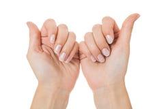 Αισθησιακά θηλυκά χέρια που απομονώνονται στο λευκό στοκ εικόνα