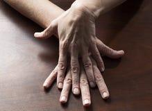 Αισθησιακά θηλυκά χέρια σχετικά με μαζί για τη σύγχυση στοκ εικόνα