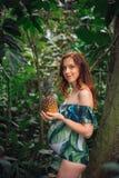Αισθησιακή έγκυος καυκάσια γυναίκα με έναν ανανά σε ένα δάσος στοκ εικόνες με δικαίωμα ελεύθερης χρήσης
