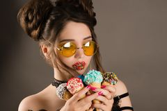 Αισθησιακή γυναίκα με τα κίτρινα γυαλιά και ζωηρόχρωμο makeup στα χείλια με το παγωτό στα χέρια Στοκ Εικόνες