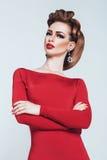 Αισθησιακή γυναίκα με τα κόκκινα χείλια στο κόκκινο φόρεμα Στοκ φωτογραφία με δικαίωμα ελεύθερης χρήσης