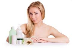 Αισθησιακή γυναίκα με τα προϊόντα skincare στοκ φωτογραφία με δικαίωμα ελεύθερης χρήσης