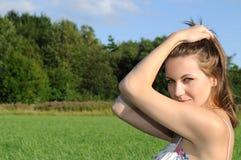 αισθησιακή γυναίκα πεδί&omeg στοκ εικόνες με δικαίωμα ελεύθερης χρήσης