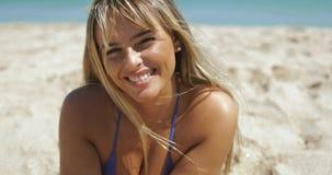 Αισθησιακή γυναίκα στην αμμώδη ακτή φιλμ μικρού μήκους