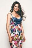Αισθησιακή γυναίκα στο φόρεμα τυπωμένων υλών λουλουδιών Στοκ Εικόνες