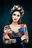Αισθησιακή γυναίκα στο floral στεφάνι Το πορτρέτο της όμορφης νέας γυναίκας με τα κόκκινα χείλια έντυσε σε μια φωτεινή μπλούζα Στοκ Εικόνα