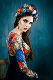 Αισθησιακή γυναίκα στο floral στεφάνι Το πορτρέτο της όμορφης νέας γυναίκας με τα κόκκινα χείλια έντυσε σε μια φωτεινή μπλούζα Στοκ φωτογραφίες με δικαίωμα ελεύθερης χρήσης