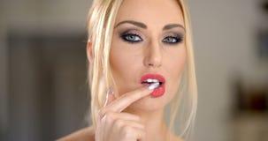 Αισθησιακή ελκυστική ξανθή γυναίκα φιλμ μικρού μήκους