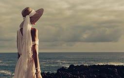 Αισθησιακή κυρία στην παραλία στα εξαρτήματα καπέλων και κοσμήματος στους ήλιους Στοκ Εικόνες