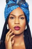 Αισθησιακή μαύρη γυναίκα στα εθνικά ενδύματα σχετικά με το πρόσωπο Στοκ φωτογραφία με δικαίωμα ελεύθερης χρήσης