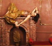 Αισθησιακή νέα γυναίκα ομορφιάς στο ασιατικό δωμάτιο πολυτέλειας ύφους Στοκ Φωτογραφία