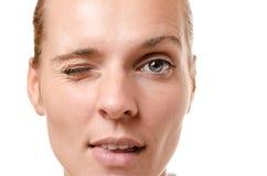 Αισθησιακή νέα γυναίκα που κλείνει το μάτι στη κάμερα στοκ εικόνα