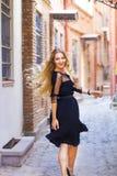 Αισθησιακή νέα μοντέρνη κυρία γοητείας που φορά τα καθιερώνοντα τη μόδα μαύρα drress Στοκ φωτογραφίες με δικαίωμα ελεύθερης χρήσης