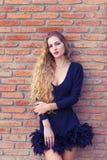 Αισθησιακή νέα μοντέρνη κυρία γοητείας που φορά τα καθιερώνοντα τη μόδα μαύρα drress Στοκ εικόνα με δικαίωμα ελεύθερης χρήσης