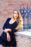Αισθησιακή νέα μοντέρνη κυρία γοητείας που φορά τα καθιερώνοντα τη μόδα μαύρα drres Στοκ Εικόνα