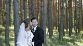 Αισθησιακή νύφη που φιλά τον όμορφο νεόνυμφο στο μάγουλό του φιλμ μικρού μήκους