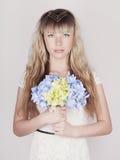 Αισθησιακή ξανθή γυναίκα με τα λουλούδια Στοκ Εικόνες