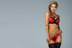 Αισθησιακή ξανθή τοποθέτηση γυναικών lingerie Στοκ Εικόνες