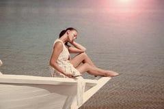 Αισθησιακή προκλητική γυναίκα Θάλασσα ή ωκεάνια και πίνοντας γυναίκα Στοκ εικόνα με δικαίωμα ελεύθερης χρήσης