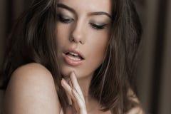 Αισθησιακή τοποθέτηση γυναικών lingerie Τέλειο λεπτό σώμα τρίχωμα μακρύ Στοκ Φωτογραφίες
