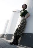 Αισθησιακή τοποθέτηση κοριτσιών μόδας πρότυπη πέρα από την αστική σκηνή Στοκ Φωτογραφίες