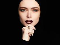 Αισθησιακή όμορφη γυναίκα, κόσμημα στοκ εικόνες